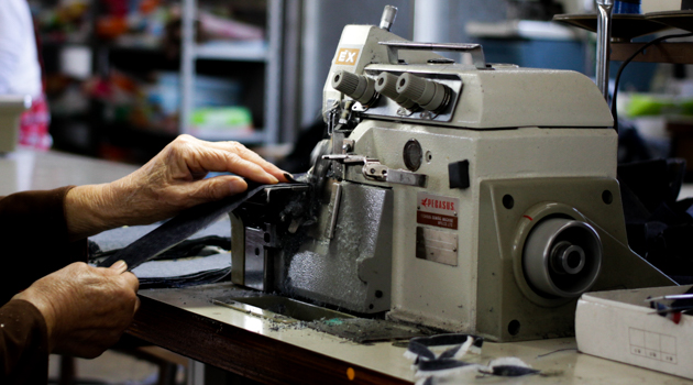 ミシンでジーンズを縫製している様子