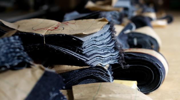 ミシンでジーンズを縫製している様子2