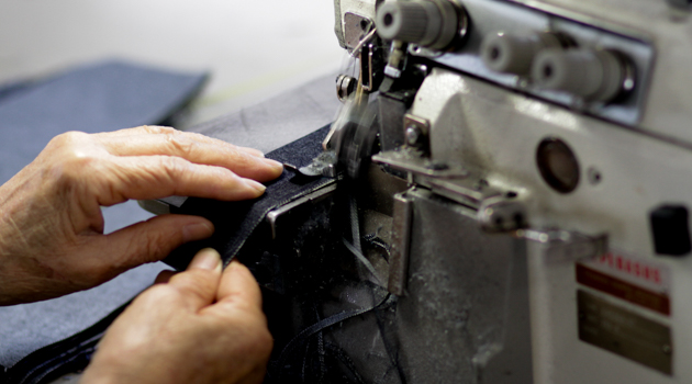 ミシンでジーンズを縫製している様子3