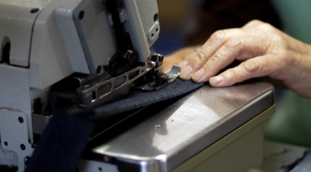 ミシンでジーンズを縫製している様子4