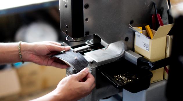 ミシンでジーンズを縫製している様子5
