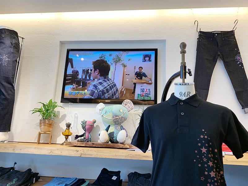 京都デニム店頭で鑑賞。宮本店長は驚いたふりをしています