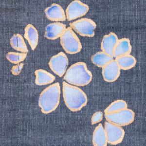 Blau-lila Tanzkirschblüten