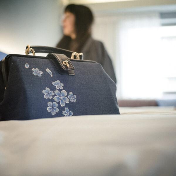 Mini sac à bandoulière docteur | motif bleu Sakura couleur or
